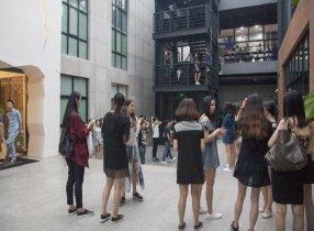 Các hotgirl ồ ạt vây quanh trụ sở Snake - đội tuyển LMHT của SofM :wow