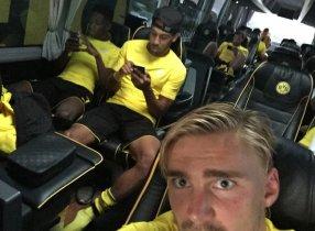 Borussia Dortmund khoác vai nhau đi bắt Pokemon